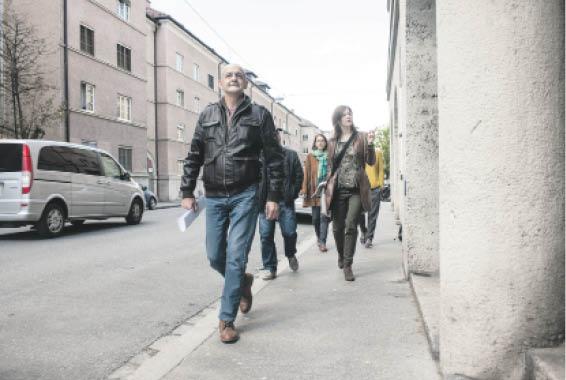 Georg Aigner stellt beim Spaziergang die Einrichtungen rund um den Bahnhof vor, wo sich Menschen, die am Rand stehen, hinwenden können.