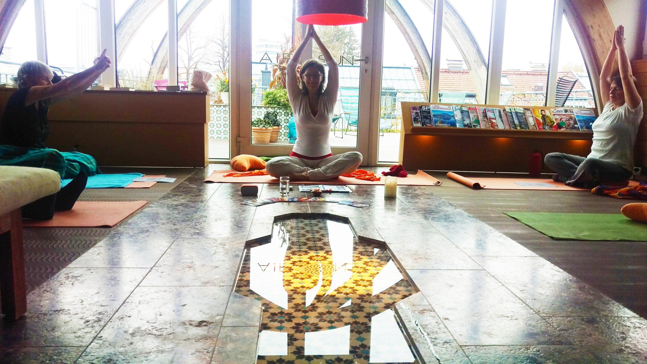 Chefredakteurin Michaela Gründler leitet die Yoga-Gruppe.