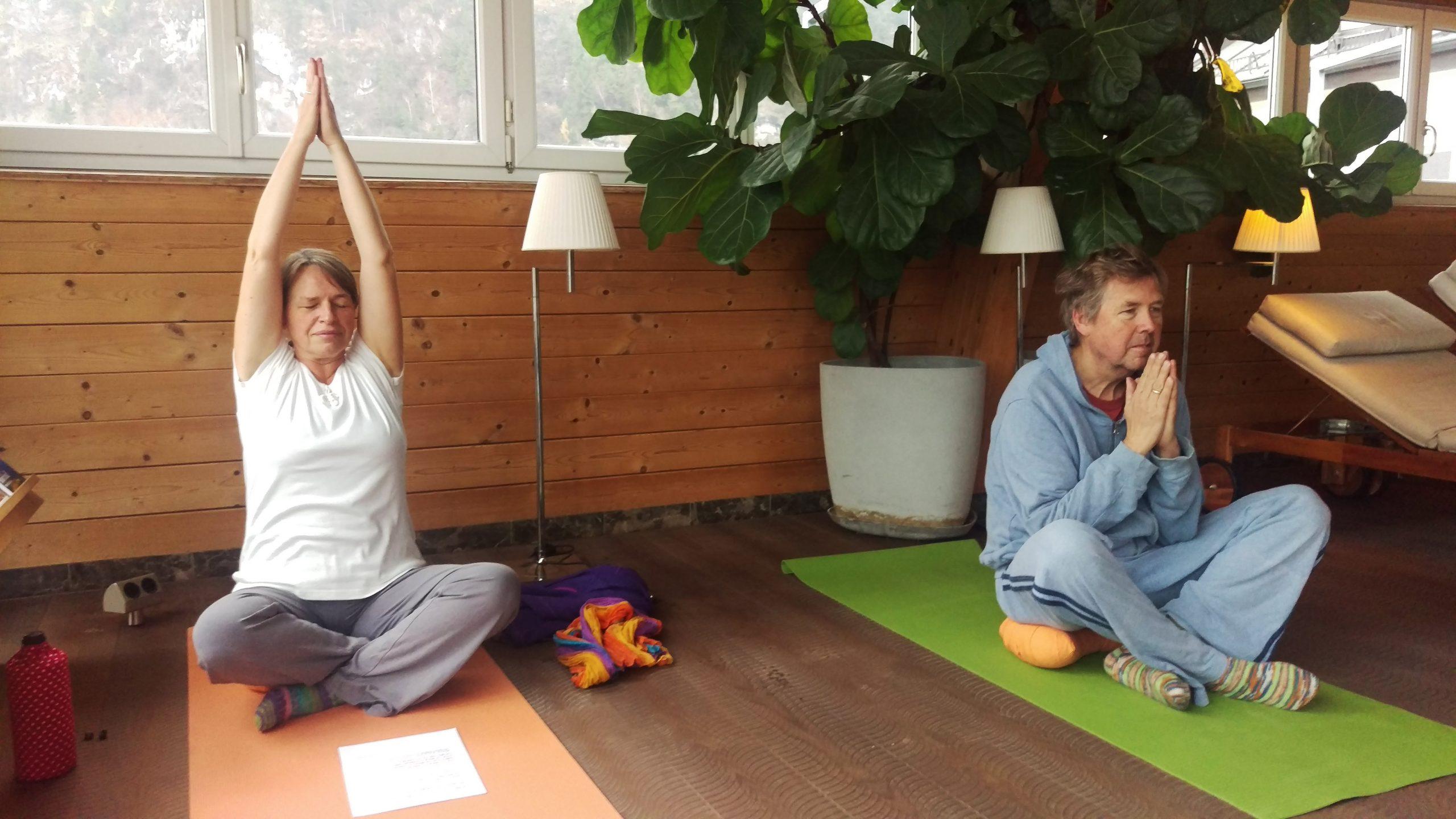 In jeder Yoga Stunde wird gedehnt und gekräftigt und anschließend entspannt.